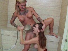 Sucio porno lesbiana jugar a lo largo de dos bimbos cachondas, tatuados, Kleio Valentien y Madi prados, tienen un buen tiempo en el baño, besos y más o menos estimulante del otro chochete afeitado