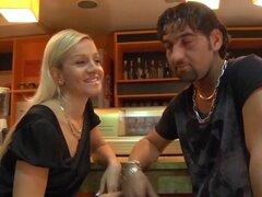 Pareja española en la cafetería pública