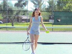 Chica tenis en bragas crotchless juega con su coño - Aurora