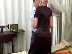 Buena mira abuela teniendo sexo con un joven semental