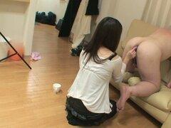 Extraño video de sexo donde Saya Funaki pega el pequeño vibrador en el ano del hombre