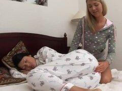 Dormir morena obtiene digitación y jugó por otra chica