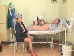 Viejo hombre y núbiles enfermeras Fuck