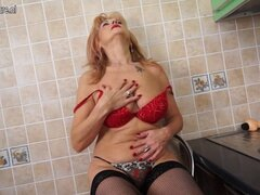 Abuela super caliente muestra cuerpazo y se masturba. Abuela super caliente muestra cuerpazo y se masturba
