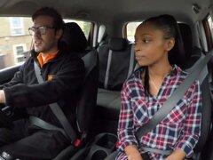 Chica negra tetona Fake autoescuela falla su prueba con examinador lesbiana