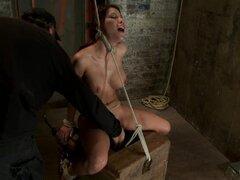 Esclava sexual tetona es sudar de dolor que ella obtiene