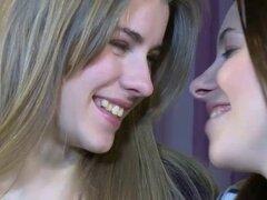 2 hermosas lesbianas peludas jugar pt1