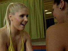 Aceitado babes disfrutan sexo lesbiana después de la lucha libre. Glam aceitado eurobabes disfrutar lesbiansex después de lucha libre