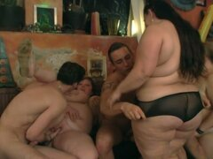 Caliente orgía con tíos flacos y mujeres gordas