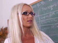 Diana Doll Johnny castillo en mi primera profesora de sexo, Johnny se encuentra con Diana, el decano de su facultad, a ver si ella le puede ayudar a conseguir en una clase, pero antes de eso, ella le ayuda a entrar en su coño mojado.