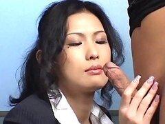 Cachonda Asiatica muy puta es una secretaria la cual no duda en mamar la dura polla gorda de su jefe cuando se lo pide