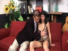 Italian hottie fucking un tipo dotado. Churri italiana hermoso había aspirado el wang dude.s antes del sexo. Al final, ella tiró su schlong para hacerle su cum tiro en su estómago y su vello púbico.