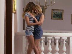Caliente lesbianas Milf lamiendo culo de adolescentes en la cama, lesbiana Europea morena caliente Milf en jeans corto desnuda y besos sexy teen rubia en la cama lame su culo apretado y los dedos su coño
