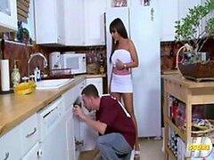 Increible MILF tetona se pone cachonda y decide follarse al plomero en la cocina