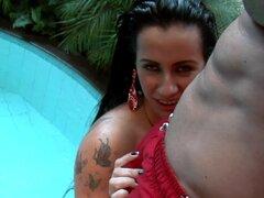 Nasty - puerta de atrás. Nicolle es guata alrededor de la piscina en Brasil. Ella posa para algunas tomas contra la belleza del entorno de la piscina. Ella muestra sus tetas grandes que apenas caben en su traje y su delicioso, así. Como ella se mueve en e