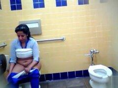 Mujer mexicana gruesa piddles y lava sus genitales en el baño, ella se sienta en el inodoro y expone su vientre y su vagina mientras ella toma una meada. Cuando ella? s hecho ella agarra su botella de agua y lavados de sus agujeros antes de limpiar limpio