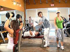 Cachonda rubia MILF obtiene su concha taladrada en el gimnasio por su entrenador