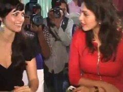 Yana Gupta sin bragas upskirt en evento de caridad. Yana Gupta sin bragas upskirt en evento de caridad