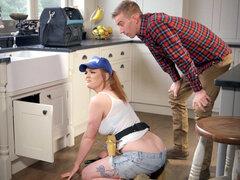 Plomero Carly Rae seducir D Danny en la cocina - Carly Rae