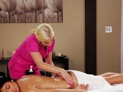 Masaje primera de Megan, la hermosa Megan Salinas va al Spa de Gamma para conseguir un masaje completo de la guapa rubia Brittney Amber. Es un masaje como nunca visto antes, muy caliente y sensual. Después de masajear un rato, Brittney llega a zonas muy s