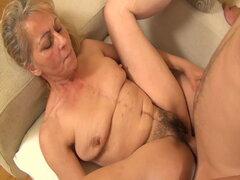 Cachonda abuela seducida por su hijastro