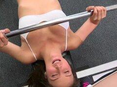Lamiéndole - tono y quejido, Charllotte y Malena tienen acceso a un gimnasio vacío para entrenamiento. Deciden hacer ejercicio en ropa interior para estar más cómodo. Esto es absolutamente el tratar a cualquier espectador, siendo que ambas chicas tienen c