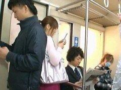 Sexy chica asiática tiene sexo caliente dentro de un bus lleno de gente
