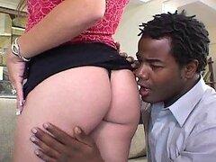 Chica chupa la polla de voyeur después de tener sexo con un chico negro