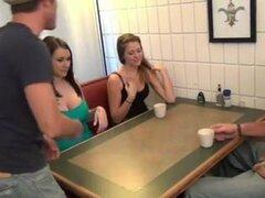 hija da con el pie y BJ a no su papá debajo de la mesa,