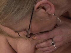 Abuelas lesbianas hacen y jugar con consoladores, abuelas lesbianas con chochete peludo adoran para follar y estos dos no hacen ninguna excepción. En este video porno las rubias juegan con juguetes de sexo perverso.