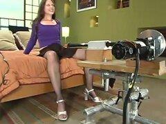 Hottie morena en medias de rejilla obtiene relleno por una máquina