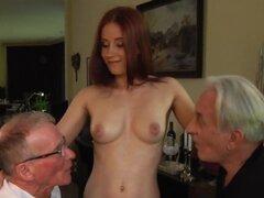 Miel adolescente toma dos pollas viejas, pelirroja Sexual cutie adolescente mamando y follando dos pollas viejas en trío