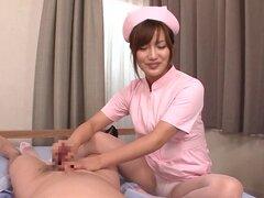 Travieso de la enfermera asiático ofrece un servicio de handjob gratis