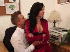 Veronica Avluv viene a su jefe para preguntarle sobre la importante reunión, pero su cabeza no está en el trabajo que piensa solamente en sexo, la chica le ayuda a relajarse a la derecha en la tabla de la oficina.