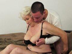 La abuela Norma está follando con un tio joven