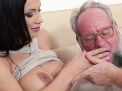 Eurobabe tetona follada profundamente por el abuelo. Eurobabe tetona follada profundamente y apasionadamente por abuelo cachondo