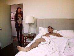 Ella le despierta y le trata a algunos coño afeitado