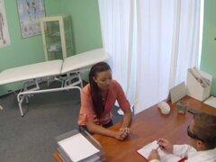 Doctor Checa íntimamente examina a una mujer casada que no puede quedar embarazada