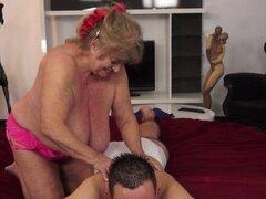 Abuelita masajista spunked. Dick succión abuelita masajista se la follan y la boca spunked