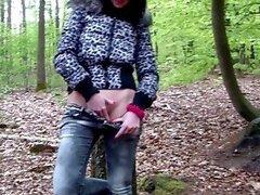 Poses de chicas morena desnudas en el bosque y luego folla en la casa