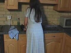 Jovencita británica Michelle juega con ella en la cocina,