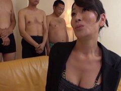 Impresionante mujer japonesa madura en lencería recibe una corrida facial - Rei Kitajima