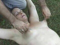Madura esposa sumisa torturada por su marido, sumisa esposa vieja está consiguiendo sus pechos torturados y pellizcado por su maestra que su esposo en un parque público.