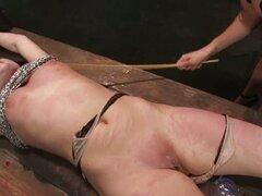 Princess Donna Dolore golpea y tortura a Raina Verene en escena de BDSM