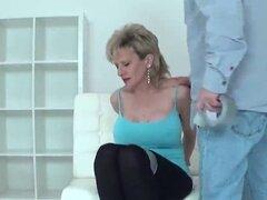 Británico infiel madura a lady que Sonia hace estallar hacia fuera sus grandes tetas. Titted grande Señora de bisexual esposa Sonia toca sus tetas gigantes y dedos estrechos chochos en ropa interior
