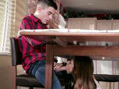 Ariella Ferrera chupa la polla BFF hijo debajo de la mesa - Ariella Ferrera
