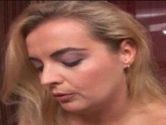Twat de vibing lesbianas BBW rubia en la cama. Lesbiana rubia BBW vibrando coñito cachondas amigas en la cama