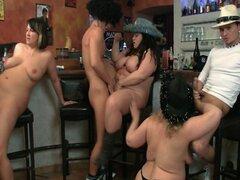 Orgía de grupo caliente BBW en el bar