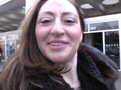 Buena Sandra Milf italiana follada en un trío