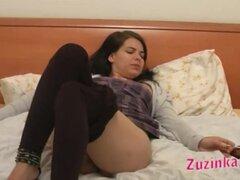 Lamiendo el coño dulce de Zuzinka, Sexy amateur Zuzinka muestra su coño durante sesión de fotos y obtiene coño lamiendo de chico de la cámara.